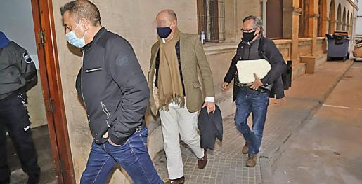El detenido, en el centro, fue trasladado por la Guardia Civil a los juzgados este miércoles.