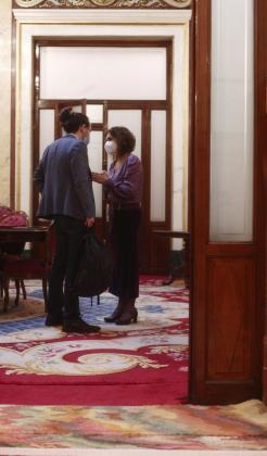 El vicepresidente del Gobierno, Pablo Iglesias y la portavoz del Gobierno y ministra de Hacienda, María Jesús Montero mantienen una conversación durante una sesión de control al Gobierno, en Madrid (España), a 16 de diciembre de 2020.