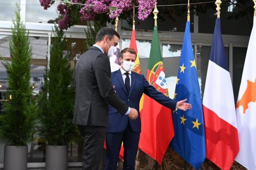 El presidente del Gobierno, Pedro Sánchez (i), y el presidente francés, Emmanuel Macron, a su llegada a la reunión plenaria de la VI Cumbre de Países del Sur de la Unión Europea celebrada en Ajaccio, Córcega, (Francia), a 10 de septiembre de 2020.
