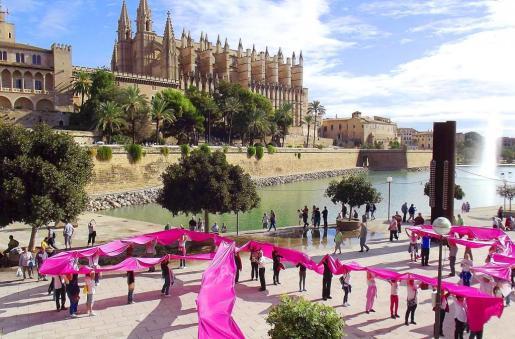 Decenas de personas formaron grandes lazos rosas en el Parc de la Mar.
