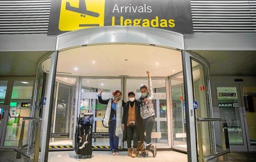 Tres viajeras saludan y celebran, anoche, su llegada a la isla.