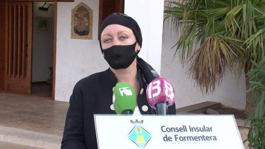Alejandra Ferrer, ayer, a las puertas de la sede del Consell de Formentera.