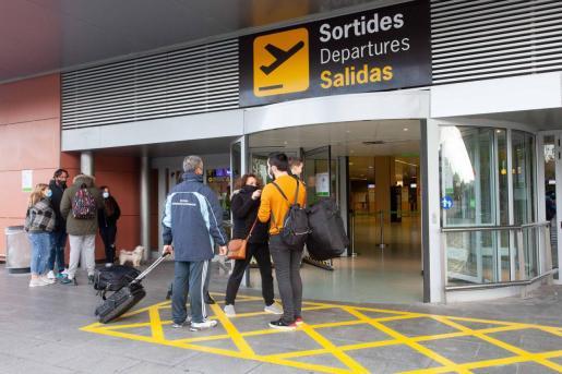 Pasajeros en el aeropuerto de Ibiza, en una imagen de archivo.