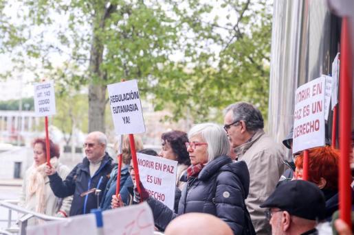 Defensores de la eutanasia participan con pancartas reivindicativas en una manifestación frente a los Juzgados de Plaza de Castilla organizada por la Asociación Derecho a Morir Dignamente en apoyo a Ángel Hernández.
