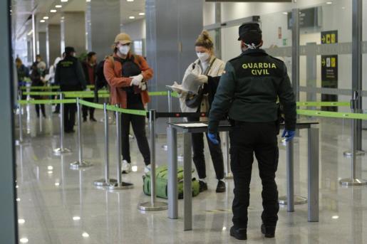 Un control de pasajeros en las llegadas al aeropuerto.