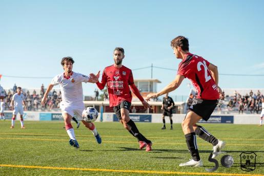 Un momento del partido entre la SD Formentera y el Mallorca B disputado el pasado domingo.