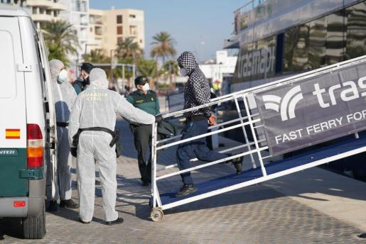 Uno de los inmigrante a su llegada al puerto de Ibiza desde Formentera, dónde fueron detenidos.