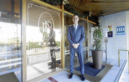 Eduardo Manero posa en la puerta del Hotel Royal Plaza, que cumple 40 años de vida.
