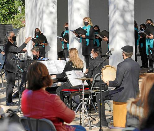 Un momento del concierto que tuvo lugar ayer en los porches de Jesús.