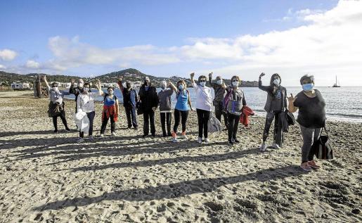 Los pacientes que participan en las actividades del centro de salud de Vila, durante una reciente caminata por la playa de Talamanca.