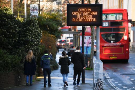 Advertencias en las calles de Londres, donde la nueva cepa del coronavirus corre sin control.