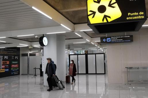 Dos personas en el aeropuerto de Palma de Mallorca.