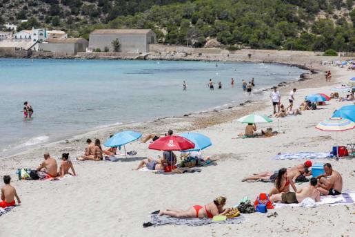 Bañistas este verano en una playa de Ibiza.
