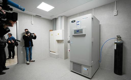 El ultracongelador en el que se almacenarán las vacunas de Pfizer.