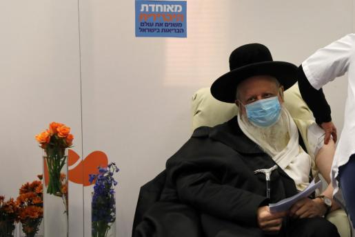 Hasta el momento, Israel ha registrado 378.259 casos de coronavirus desde el inicio de la crisis sanitaria. En la imagen un hombre recibe la vacuna.