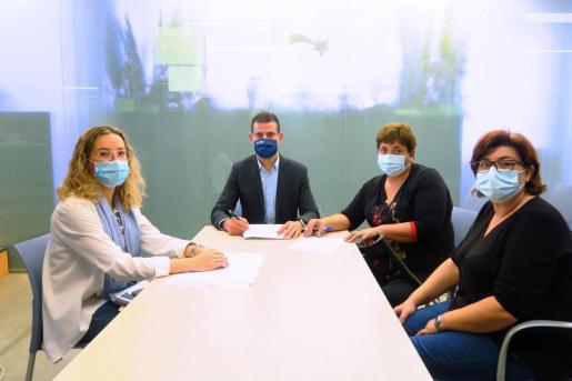 Firma del convenio de colaboración entre el Ayuntamiento de Sant Antoni y la Associació de Vesins de Corona.