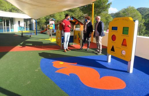 Sant Antoni instala un nuevo pavimento de caucho en el patio de la escoleta Can Coix.