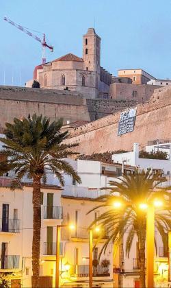 Uno de los carteles colgado de las murallas de Ibiza ayer a primera hora.