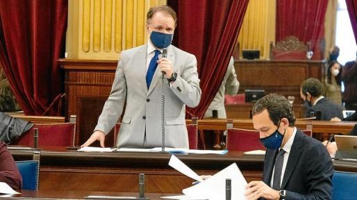 El diputado Maxo Benalal durante su interpelación al conseller Marc Pons (a la derecha).