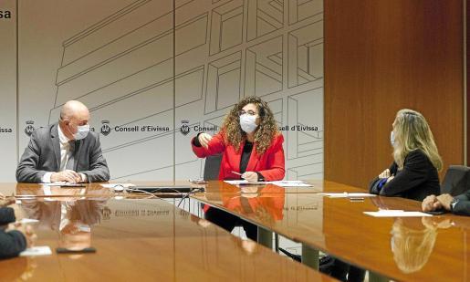 Pilar Costa, Vicent Marí y los alcaldes de la isla durante la reunión de trabajo de ayer.