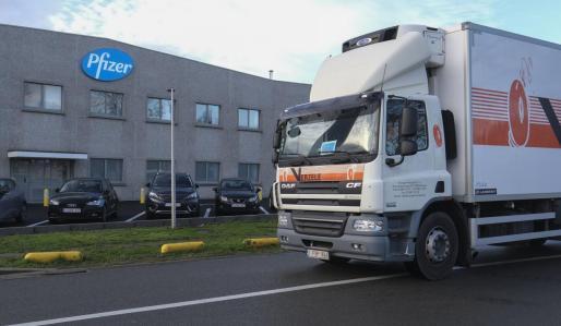 Un camión, frente a la empresa Pfizer que ha producido una de las vacunas contra el coronavirus.