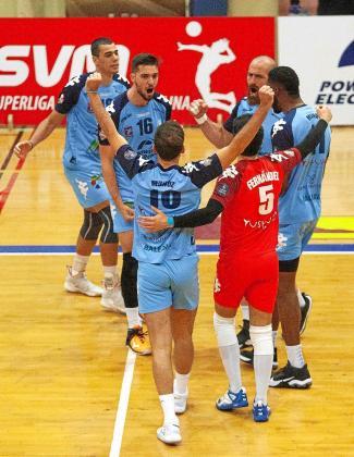 Varios jugadores de la UD Ibiza-Ushuaïa Volley celebran un punto.
