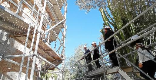 El alcalde de Sant Josep y la consellera insular de Patrimonio vistaron ayer las obras.
