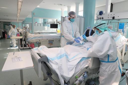Varios sanitarios atienden a un paciente COVID en la UCI de Son Llàtzer.
