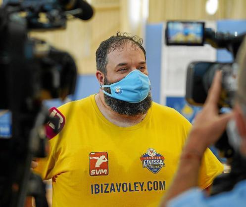 Aitor Barreros, técnico de la UD Ibiza-Ushuaïa Volley, charla con los medios de comunicación.