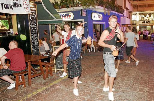 Turistas británicos de fiesta en la zona del West End.