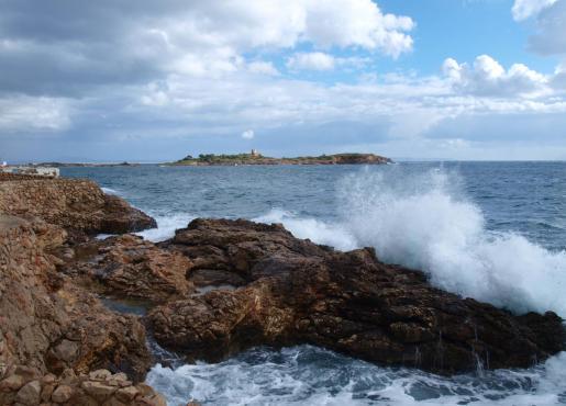 Baleares tiene activados avisos meteorológicos por fenómenos costeros de nivel naranja en Mallorca y Menorca.