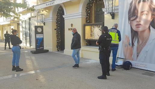Agentes de la UDEV de la Policía Nacional se hicieron cargo de la investigación del robo de los dos valiosos relojes.