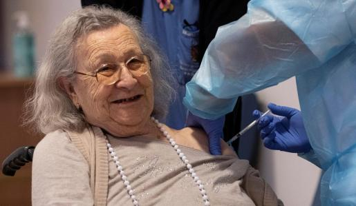 Avelina Serrano recibe la primera vacuna en su residencia de Palma, este domingo.