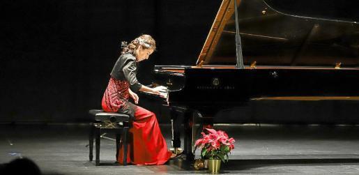 La artista, muy concentrada durante su actuación, ayer, en Santa Eulària.
