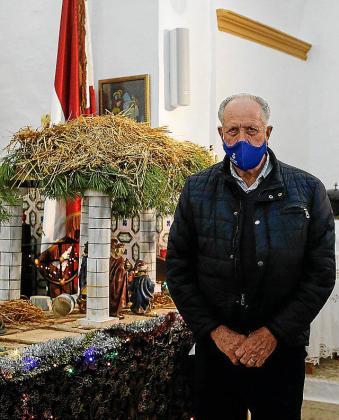 Joan Botigues, ayer, junto al belén que viene instalando desde hace años con Jaume de ses Fontanelles, el impulsor del nacimiento.