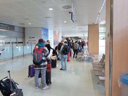Enorme cola ayer a mediodía para hacerse un test de antígenos en el aeropuerto de Ibiza.