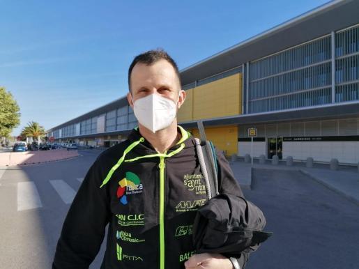 Toni Vingut, ayer en el aeropuerto de Ibiza antes de emprender rumbo a París.