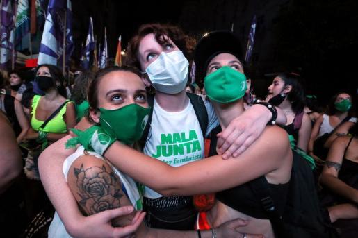 La gente aguardaba en Buenos Aires el resultado de la votación a las puertas del Congreso.
