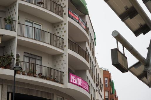 Carteles de venta de propiedades en la ciudad de Ibiza.