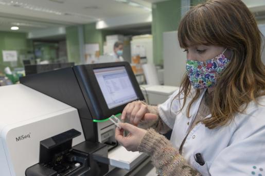 La doctora Carla López es la responsable de la Unidad de Genómica Microbiana.