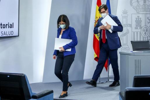 El ministro de Sanidad, Salvador Illa (d), junto a la ministra de Política Territorial y Función Pública, Carolina Darias.
