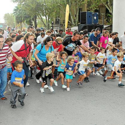 En la primera carrera, los padres acompañaron a los pequeños corredores.