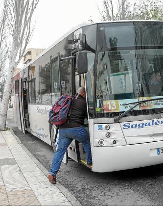 Un usuario sube a un autobús.