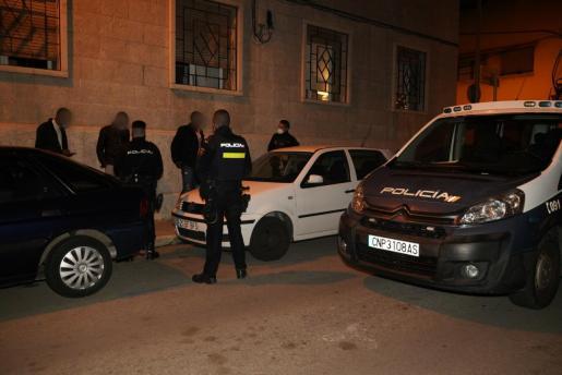 Agentes de la Policía Nacional levantado actas de sanción a tres menores 'cazados' a las cuatro de la madrugada en la calle.