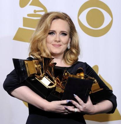 La cantante británica Adele posa con sus 6 galardones tras convertirse en la gran triunfadora de la 54 edición de Grammy.