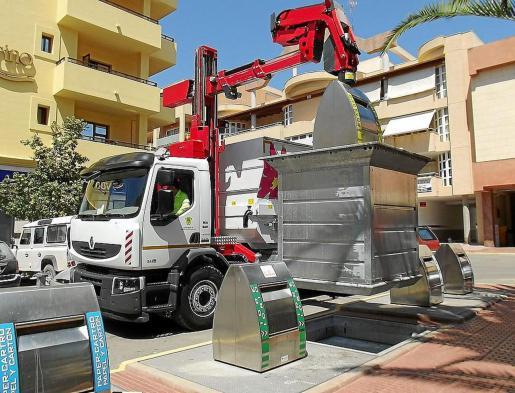 Imagen de archivo de un camión del Ayuntamiento de Santa Eulària recogiendo la basura.