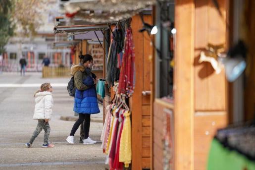 Los puestos del Mercadillo de Navidad que hay instalado en el Paseo Vara de Rey de la ciudad de ibiza estará abierto hasta el 6 de enero.