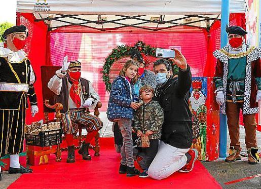 El paje real y sus ayudantes llevaron la alegría a cientos de niños y familias en el Parque de la Paz de Ibiza.
