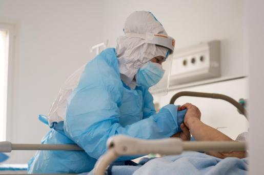 Un sanitario atiende en Ibiza a un paciente con coronavirus.