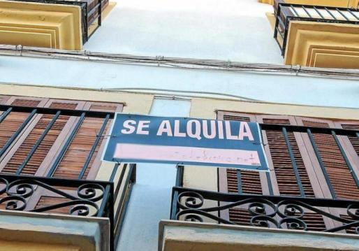Un cartel de 'Se alquila' en una vivienda de Ibiza.
